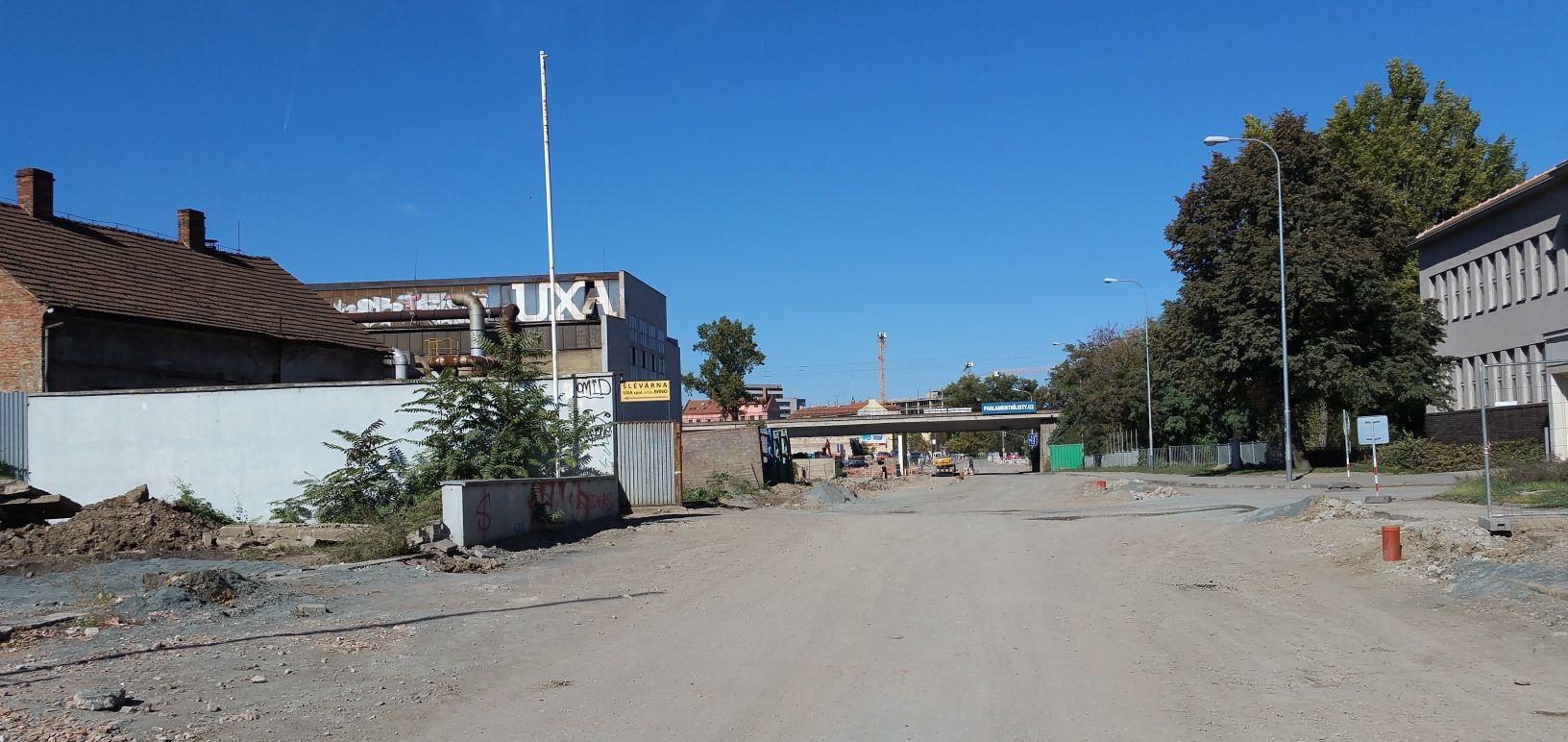 Dornych v neděli 30.září 2018. Vlevo slévárna UXA. Její čelní zeď již byla před lety posunuta.  Vlevo ústí z ulice Kovářská - stromy jsou pokáceny, ulice rozšířena a mnohé domy jsou opravené.