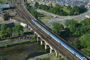 Současný most přes řeku Svratku. V případě realizace varianty U Řeky tudy již železnice nepovede. Jak jej využijeme? Cyklo-stezka nebo šalina? Foto autor.