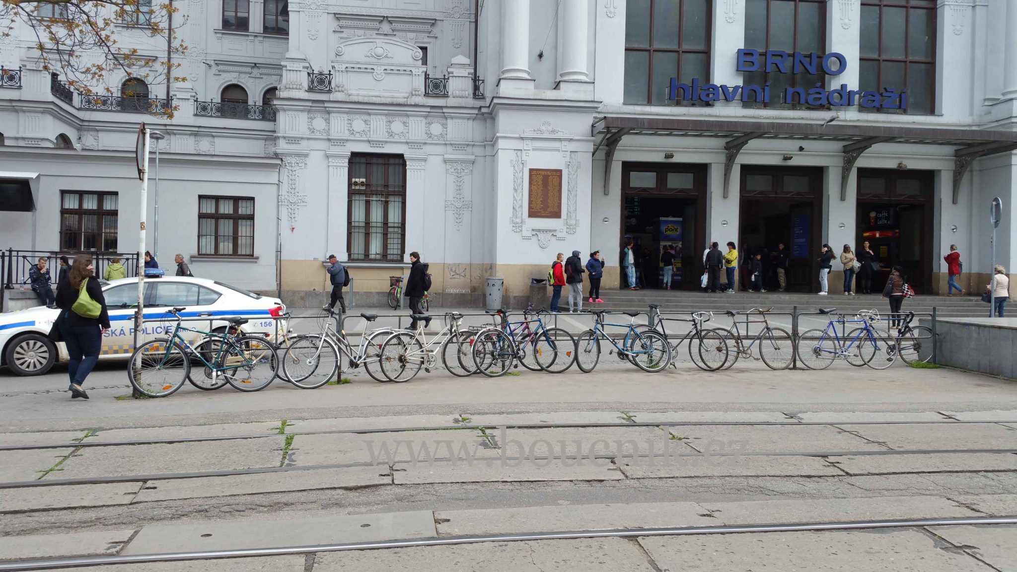 Kola před brněnským nádražím, květen 2016