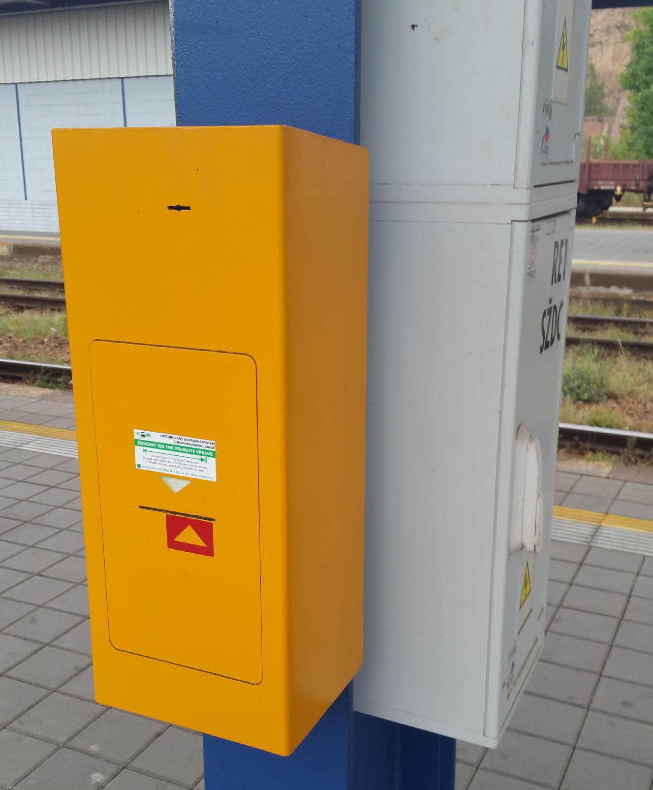 Označovač jízdenek IDS-JMK na nástupišti, zde nádraží Královo Pole
