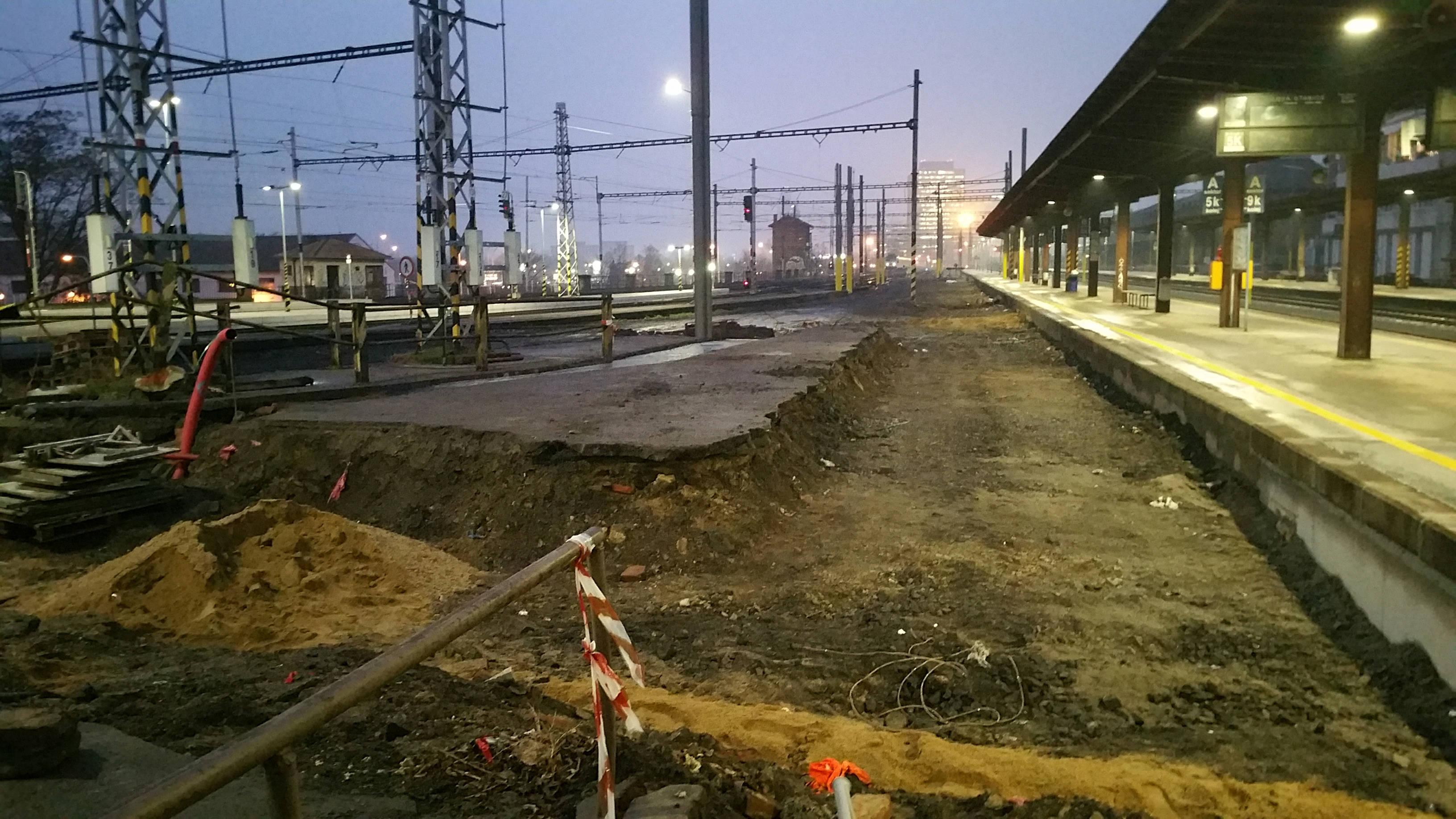 Část kolejí a nástupiště směrem k poště byla vytrhána. Uvidíme jaký bude výsledek, ještě v pátek se tu intenzivně pracovalo