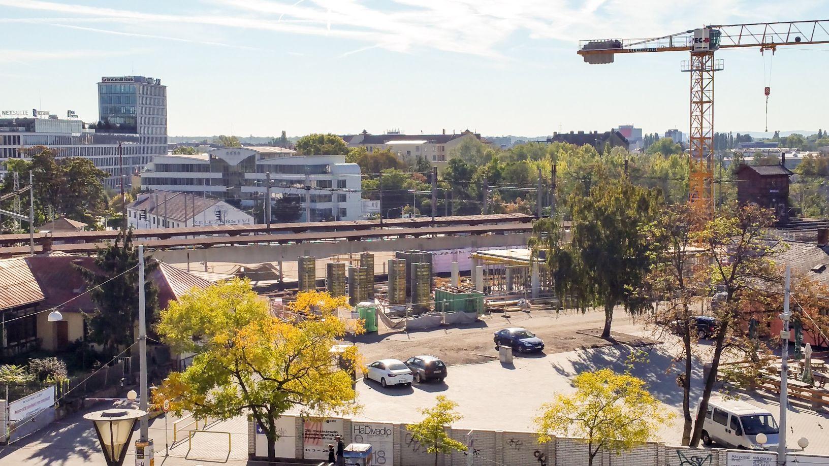 Září 2018, stavba domu zabezpečení železničního provozu přes brněnský uzel.
