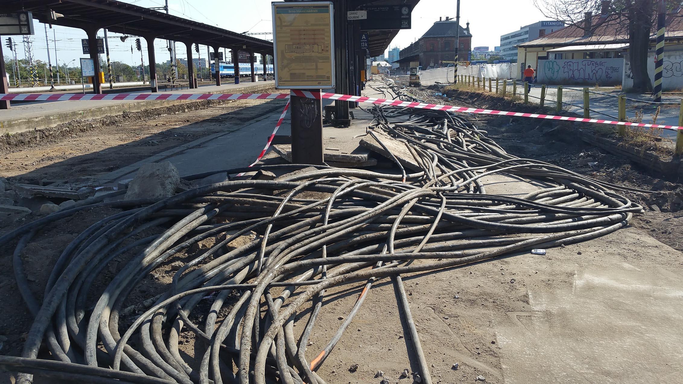 Přeseknuté kabely v Brně na nádraží