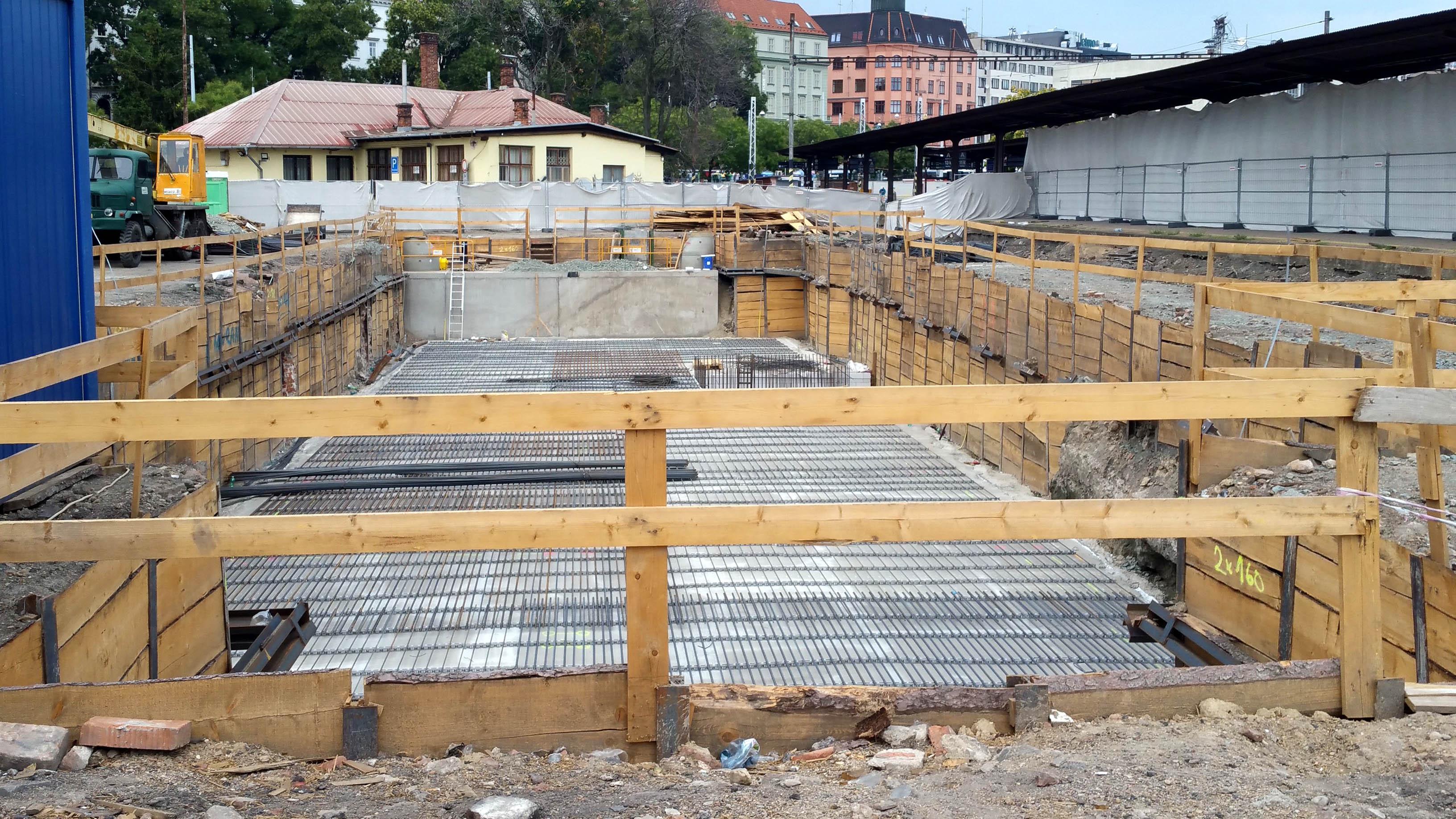 Betonový základ pro novou budovu SŽDC. Zde by měla být soustředěno železniční zabezpečovací zařízení brněnského nádraží. a jeho ovládání