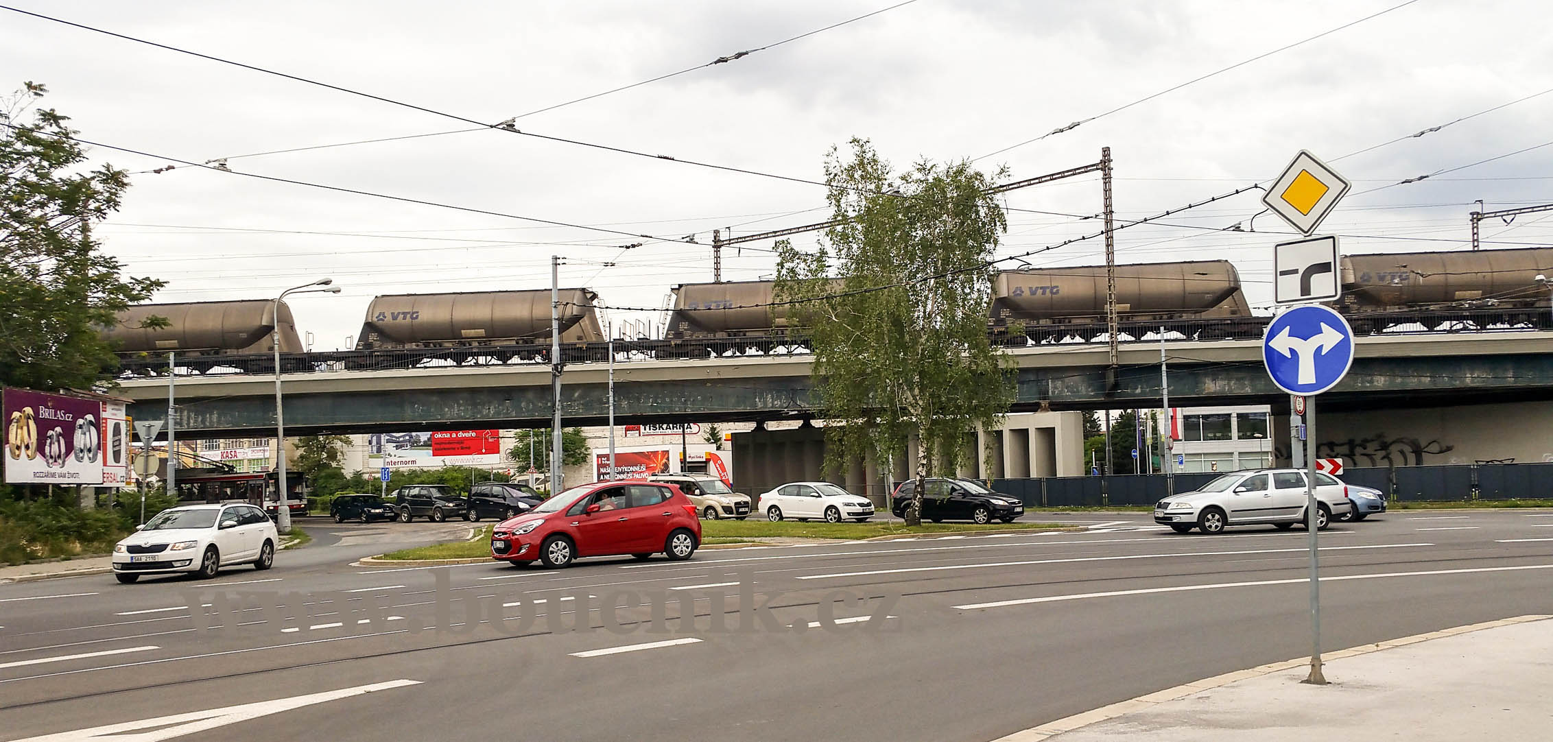 Most nad ulici Olomoucká. Zde ve variantě nádraží Řeka bude nový přestupní uzel Černovice.