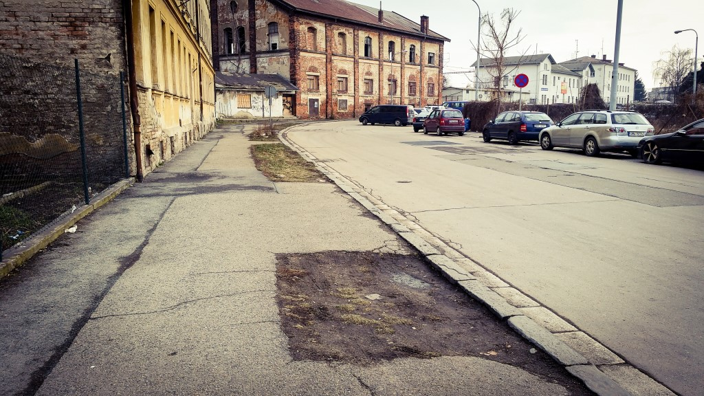 Ulice Rosická, díry po stromech (?)