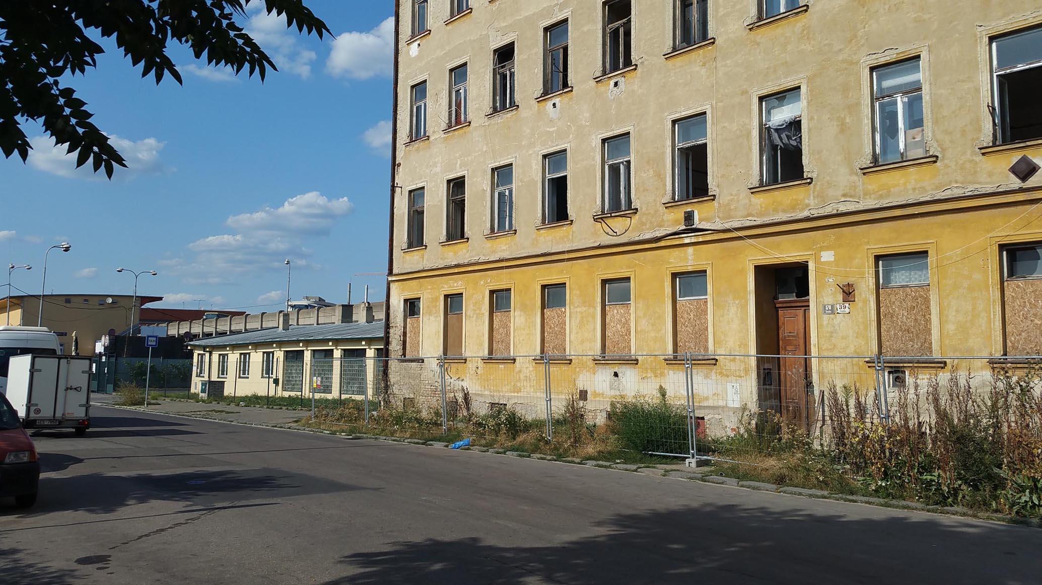 Ulice Rosická dnes, v srpnu. Tudy se bude chodit?