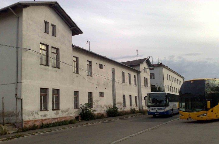 Odbavovací hala Rosického nádraží. Budova je ale dnes veřejnosti nepřístupná. Vpravo jsou garáže a odstavné plochy pro autobusy
