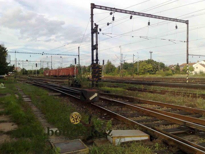 Pohled na sever-východ. Vzadu je vidět budova a komín slévárny UXA, A oblouk tratí je již na mostě přes ulici Plotní, který podjíždíme při cestě do Olympie.