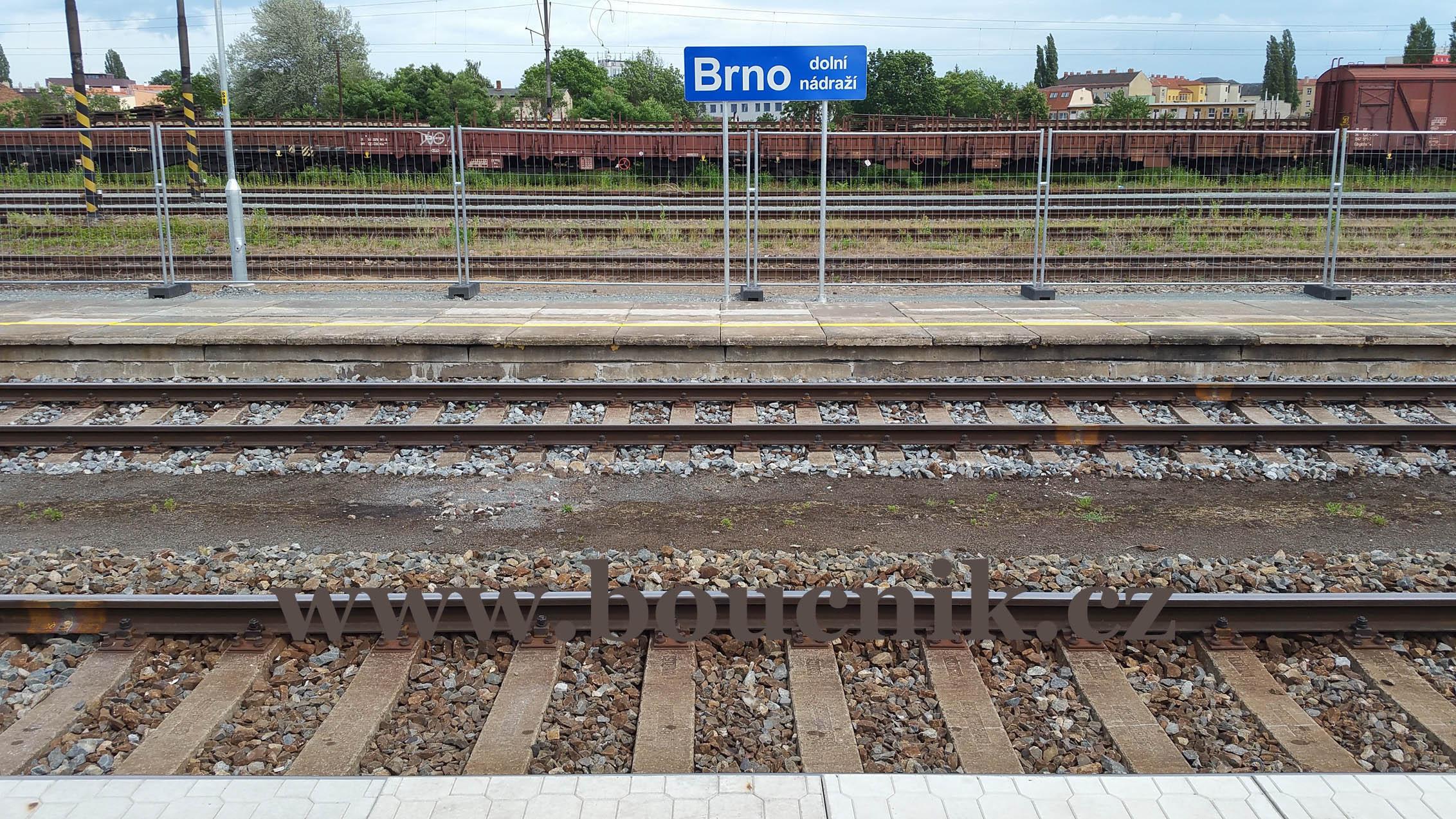 Druhé nástupiště je zbudované z použitých dílů, jeho cena přesto byla 2,5 mil Kč. Bohužel 2.nástupiště slouží jen jako jednostranné a to pro 2.kolej. Třeba za rok, v roce 2018 při další výluce, bude již oboustranné.