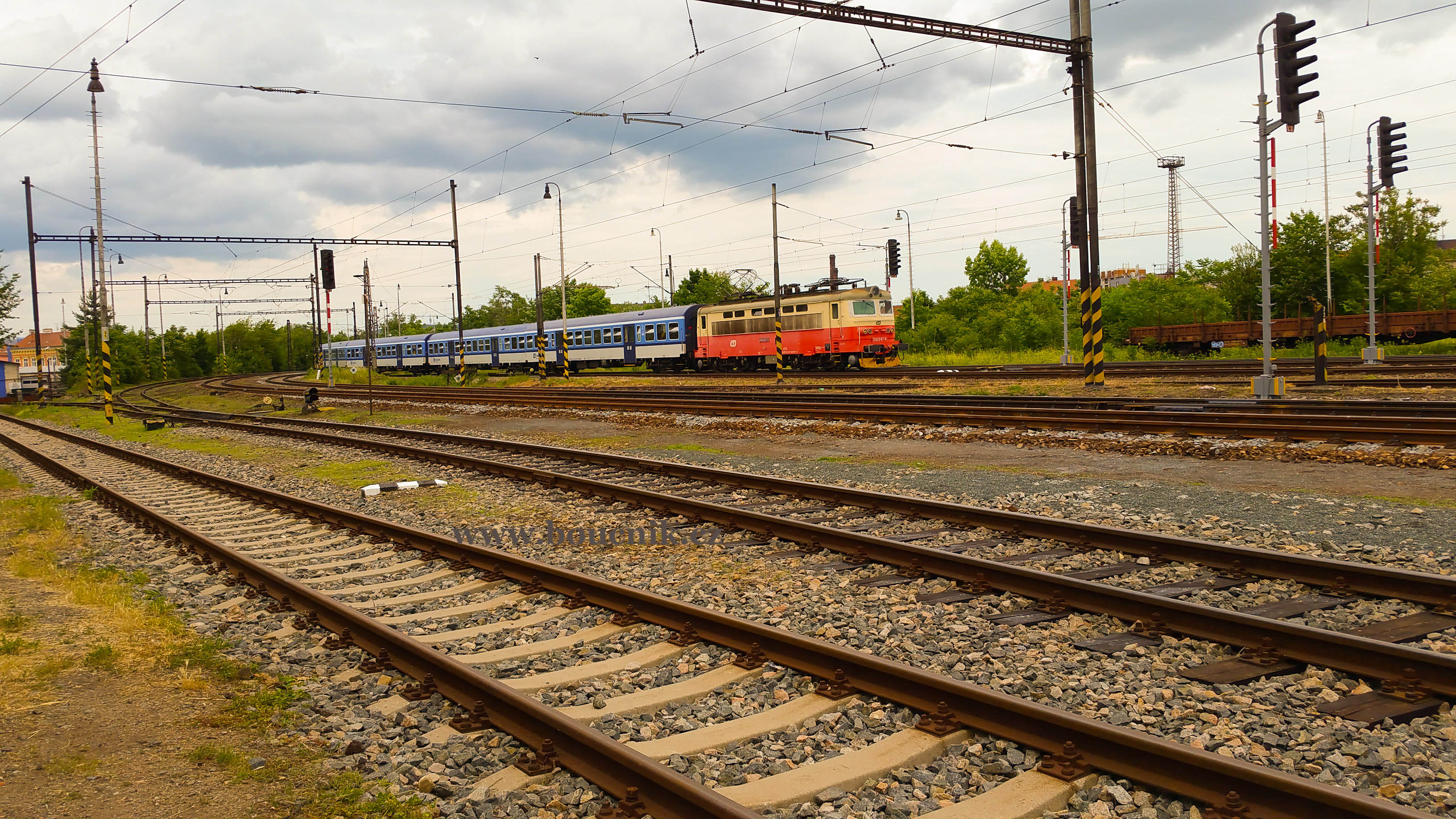 Osobní vlaky od Tišnova Dolním nádražím jen projíždí na Modřice, kde je přestup na osobní vlaky směr Břeclav.