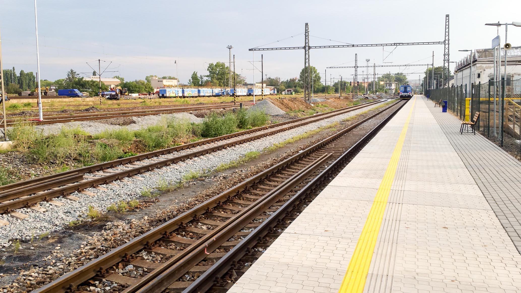 Rovné, dlouhé, vysoké a bezpečné pro cestující I.nástupiště na provizorním Dolním nádraží