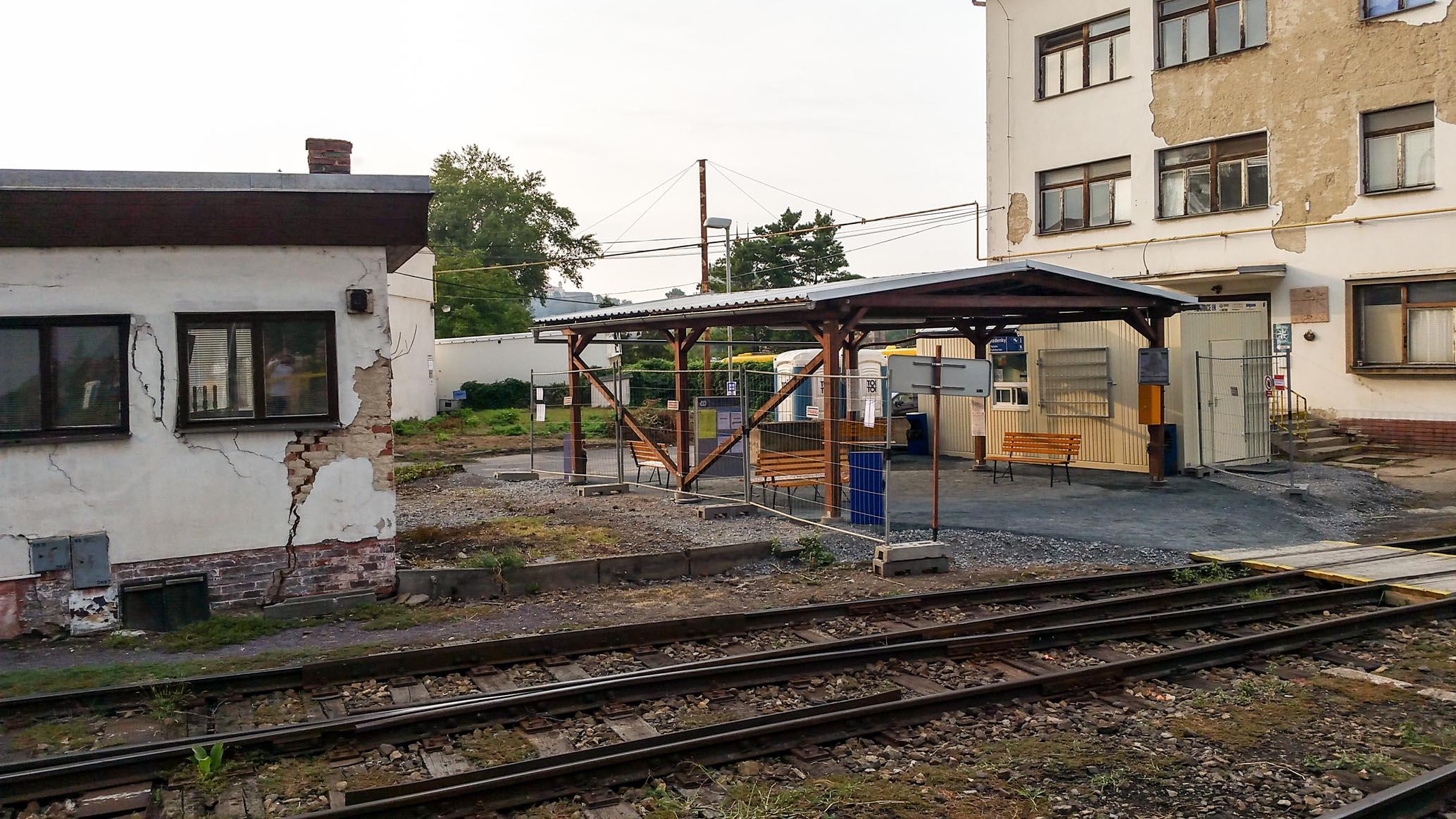 Pohled z 1.nástupiště na přístřešek a pokladny provizorního Dolního nádraží.