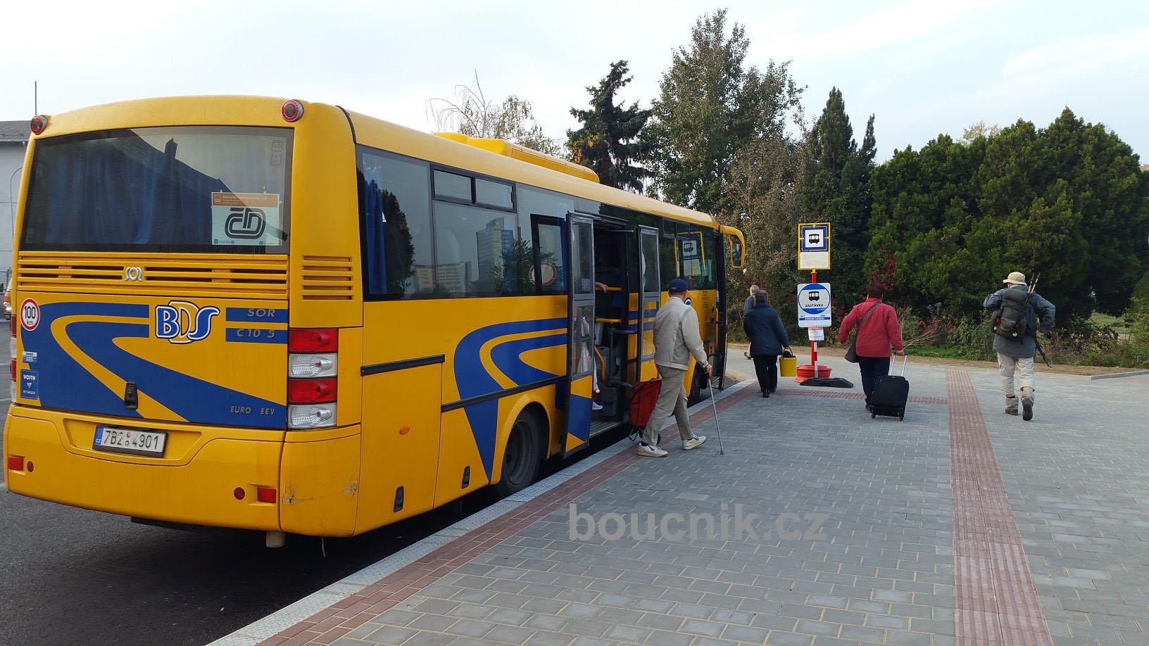 Autobus náhradní dopravy z Úzké