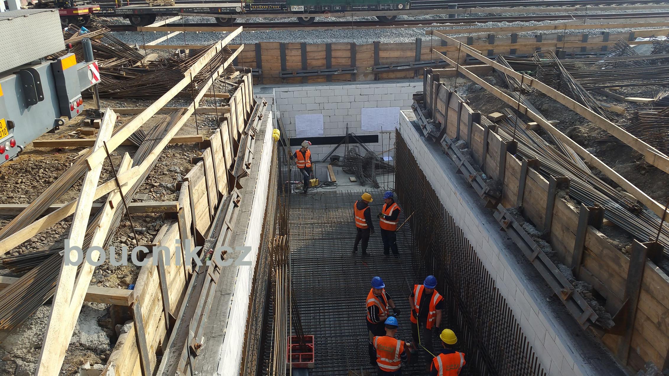 Výstavba provizorního podchodu, tato část bude již pod kolejemi a na konci budou schody a výtah na druhé, ostrovní, nástupiště.