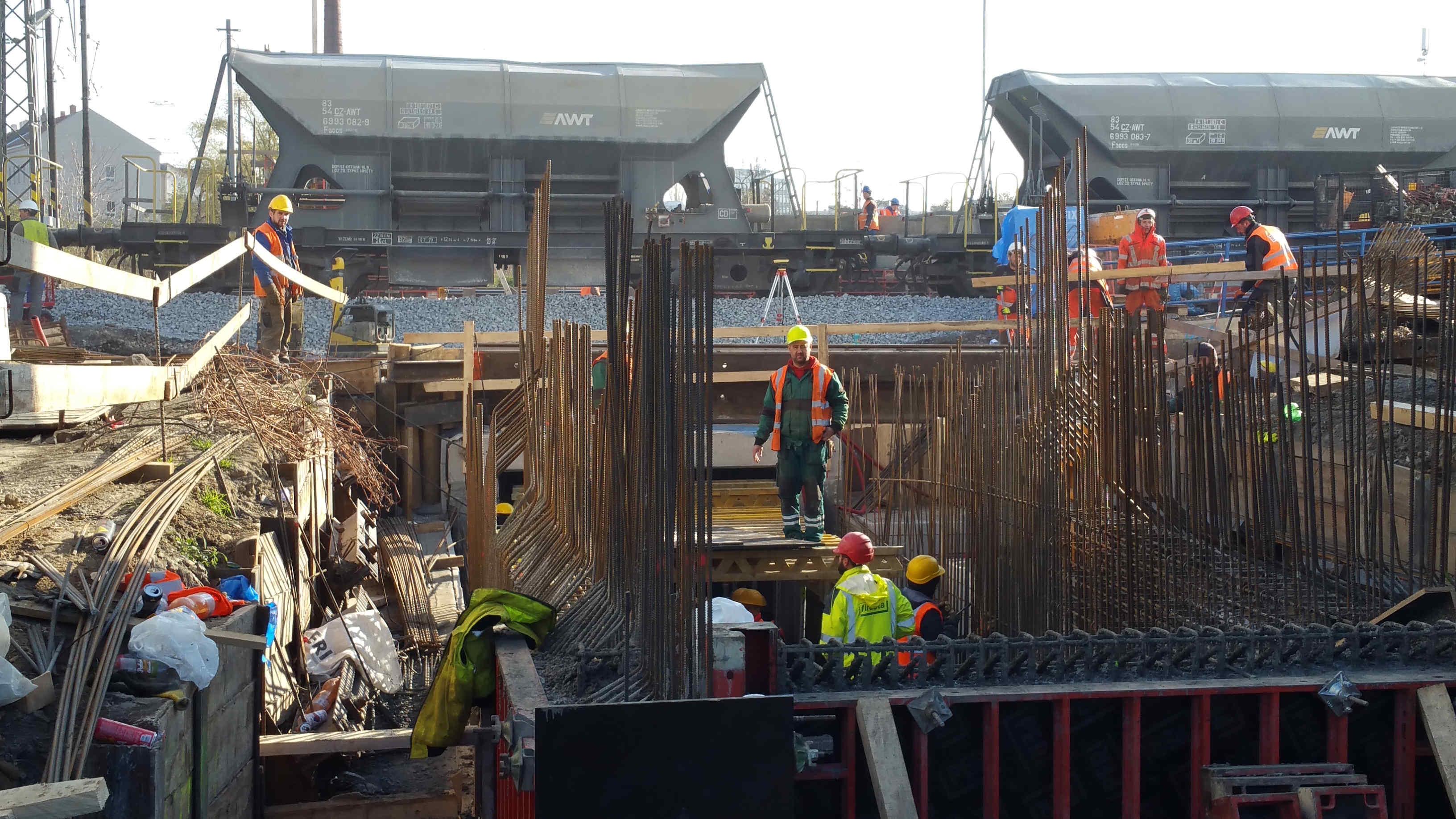 Je 17.listopad 2018 a dělníci intenzivně pokračují ve vsýtavbě nutného podchodu a výstahu na druhé, ostrovní, nástupiště. Do nového jízdního řádu zbývající už jen tři týdny!
