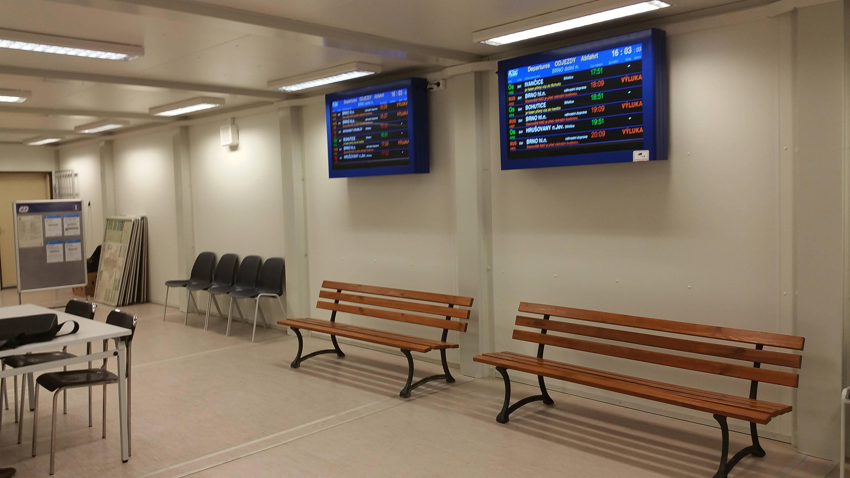 Na provozorním Dolním nádraží je i provizorní čekárna