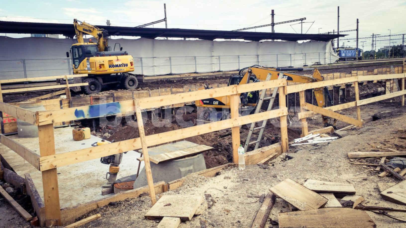 Hloubení díry pro základy nové budovy Řízení provozu Brno