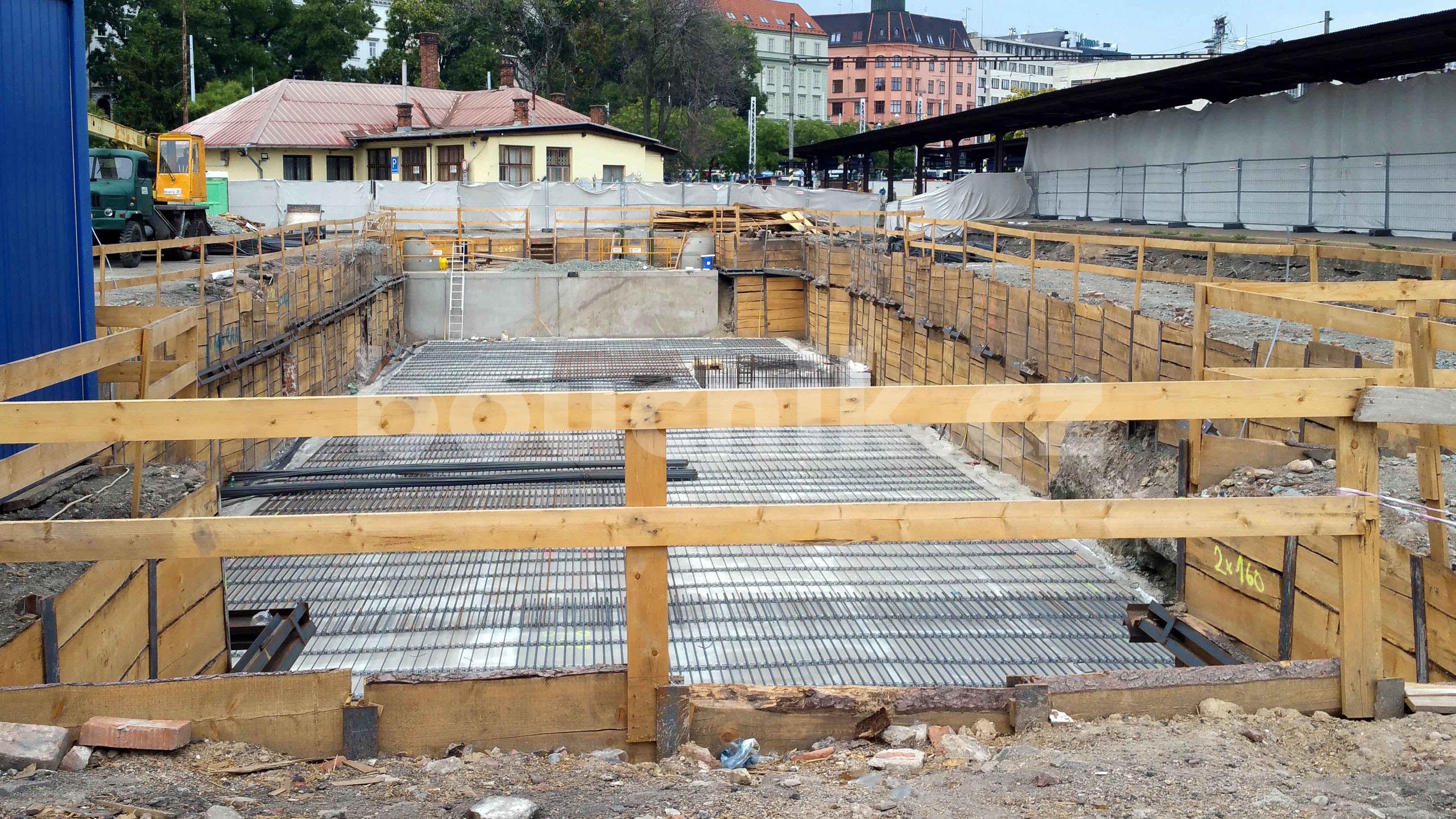 Betonový základ pro novou budovu SŽDC Brno