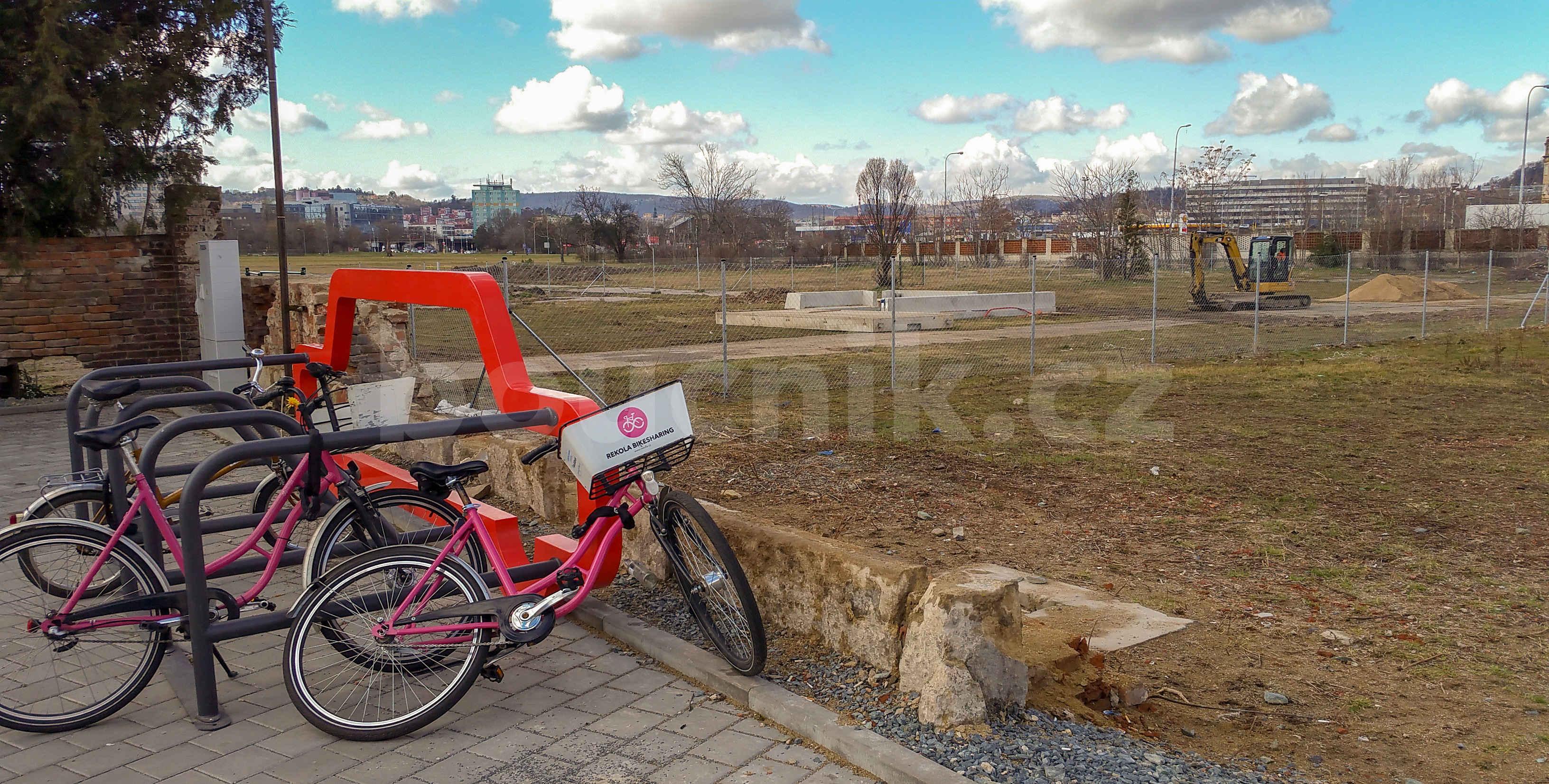Sdílená kola u Dolního nádraží v Brně