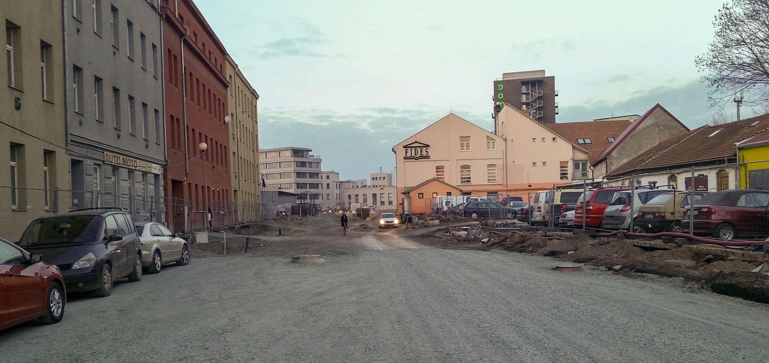 Ulice Dornych za zatáčkou do Komárova