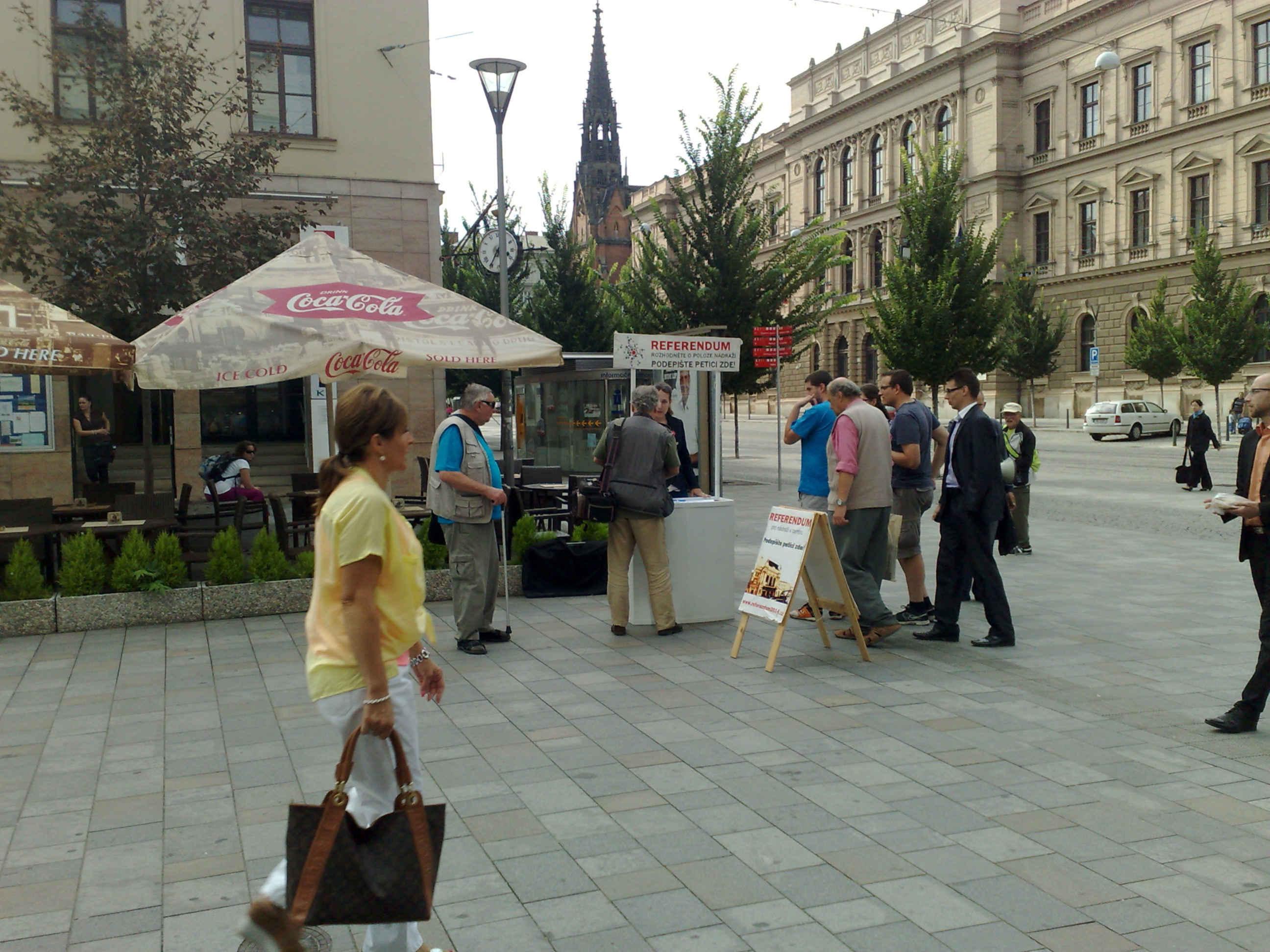 Sběr podpisů pro referendum o poloze brněnského nádraží, srpen 2014
