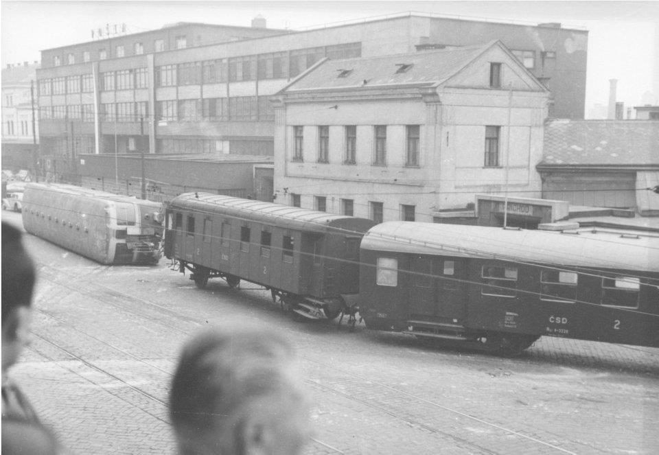 Vykolejení oosbníhovlaku v Brně na ulici Nádražní