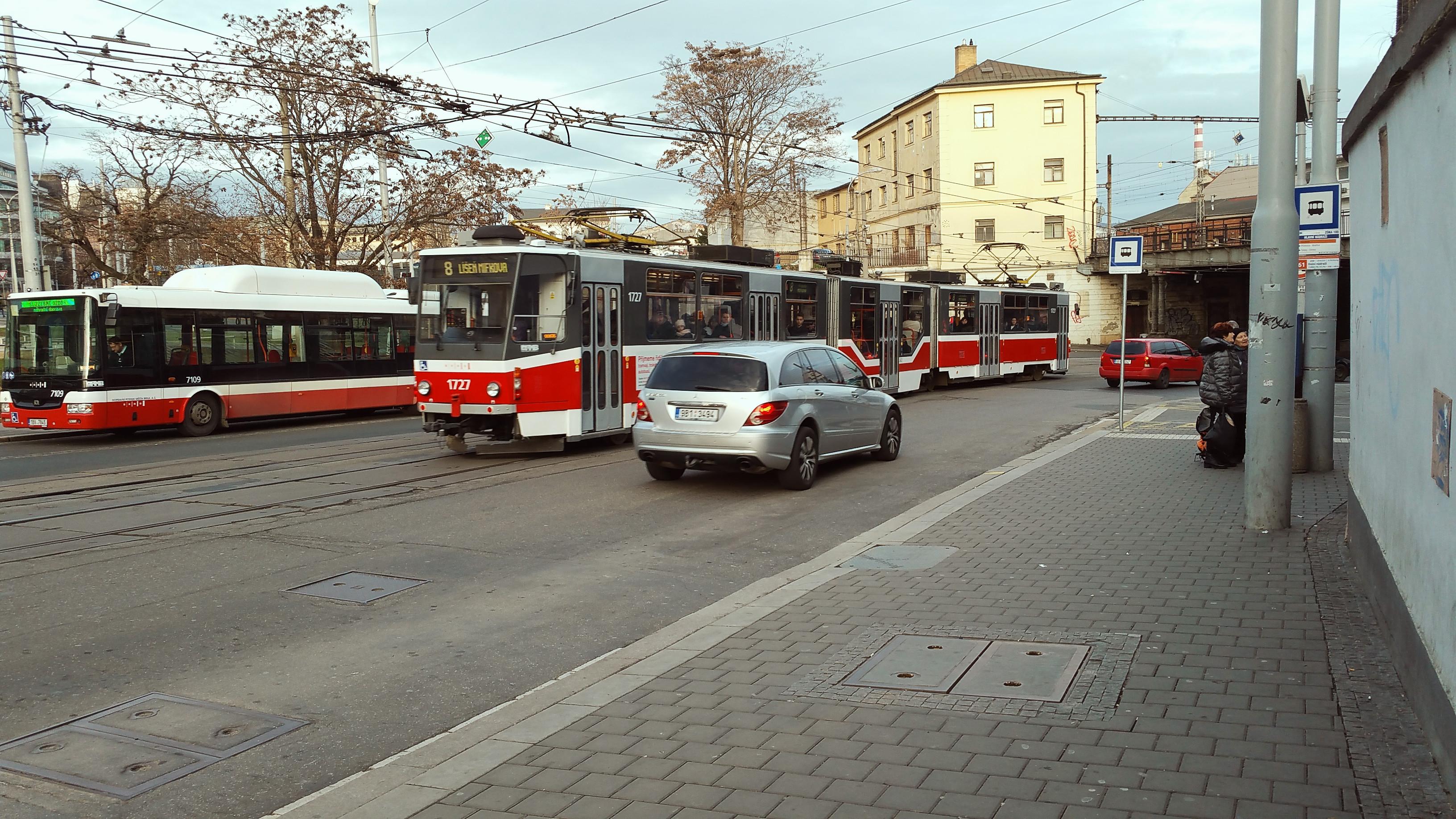 Stanoviště autobusů náhradní dopravy za vlak v Brně směr Dolní nádraží