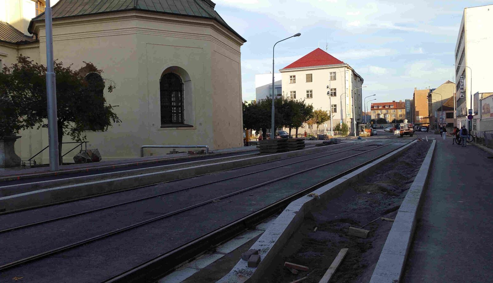 Nástupní ostrůvek šaliny u kostela Nanebevzetí Panny Marie v Zábrdovicích v Brně
