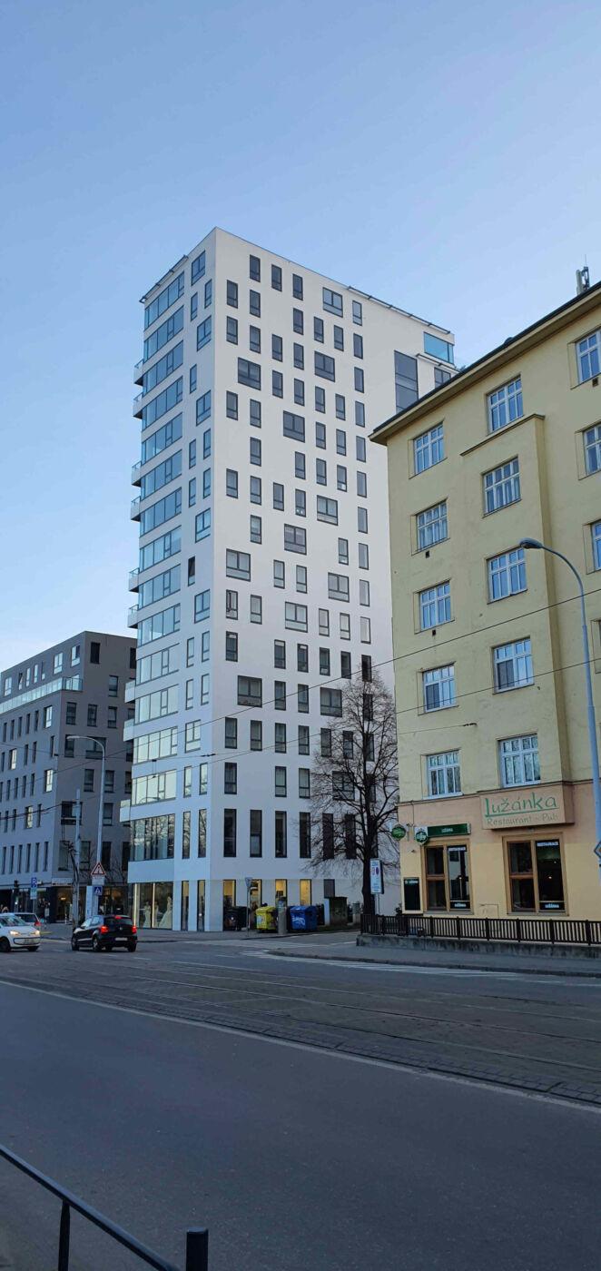 Rezidence Lužánky, bílý výškový dům na ulici Lidická