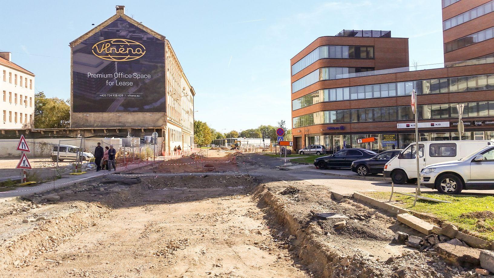 Dornych u přízové, vpravo nový dům Dorn, vlevo pak staveniště Nové Vlněny.