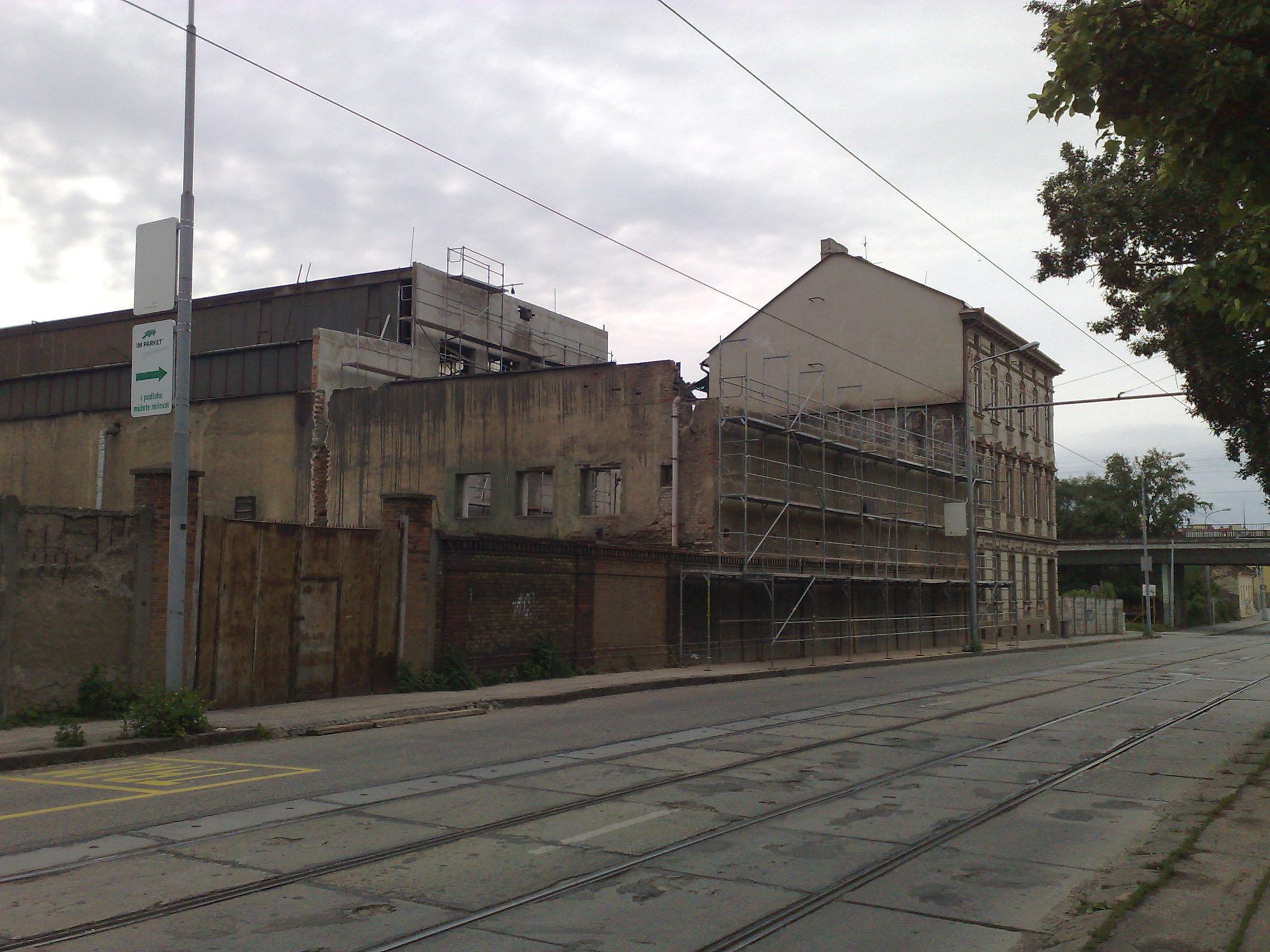 Ulice Dornych kolem roku 2012. U zastávky Kovářská vidíte probíhající demolici rohového domu a zadní části výrobní haly slévárny UXA.