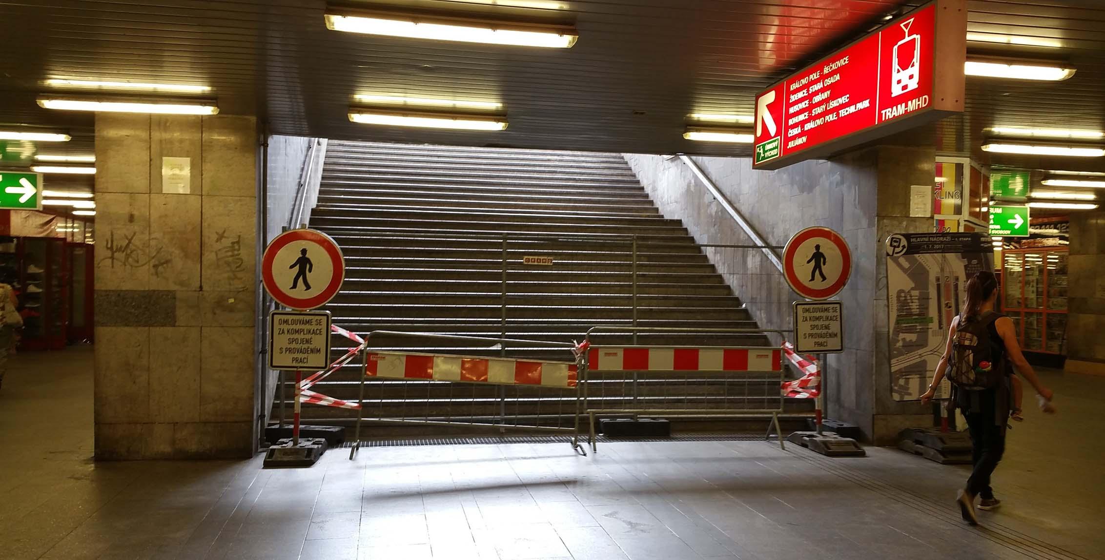 Z podchodu pod nádražím nahoru na šaliny
