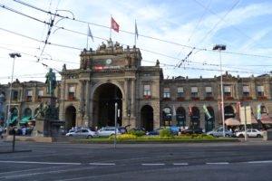 Před nádražím v Curychu