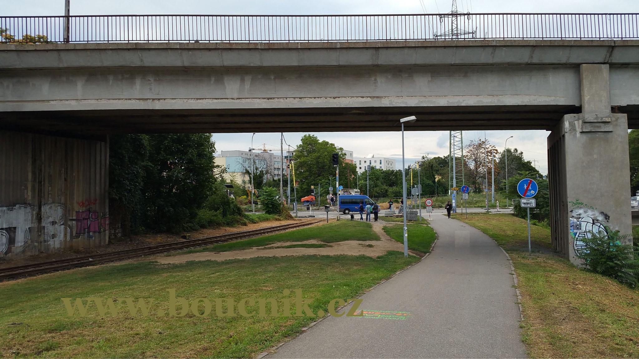 Most nad vlečkou PoSvitavské dráhy a nad řekou Svitavou. Za mostem kolmo silnice  Hladíková.