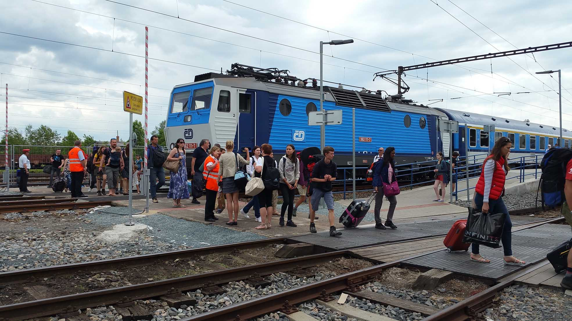 Závory jsou zvednuté a cestující z 2.nástupiště mohou bezpečně přecházet přes 1.kolej.