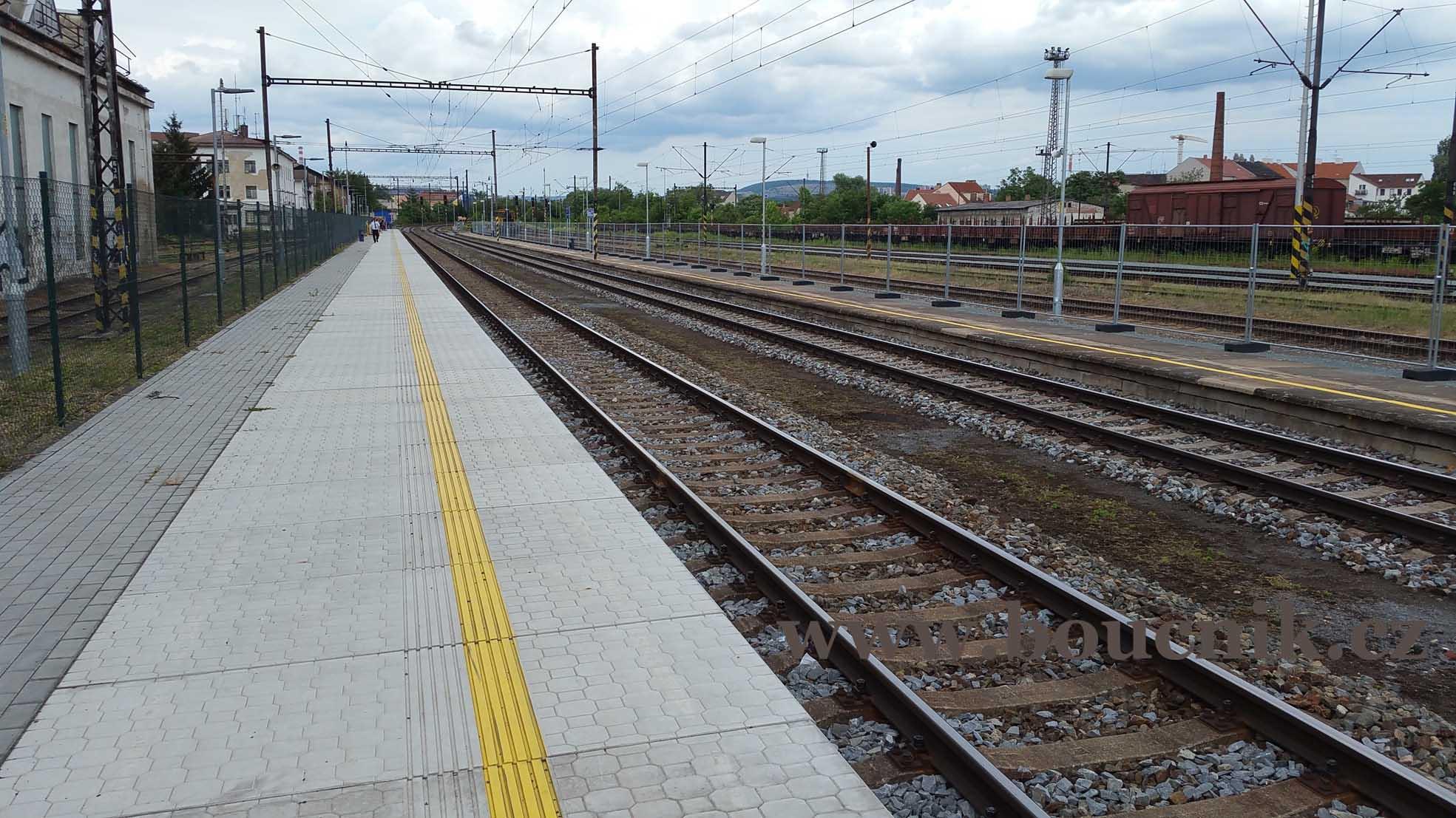 Dlouhá rovná, bezpečná, nástupiště na Dolním nádraží