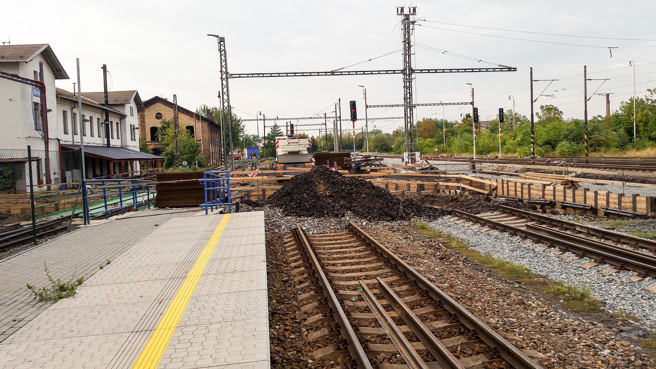 Uprostřed Dolního nádraží se kope provizorní podchod k provizornímu II.nástupišti