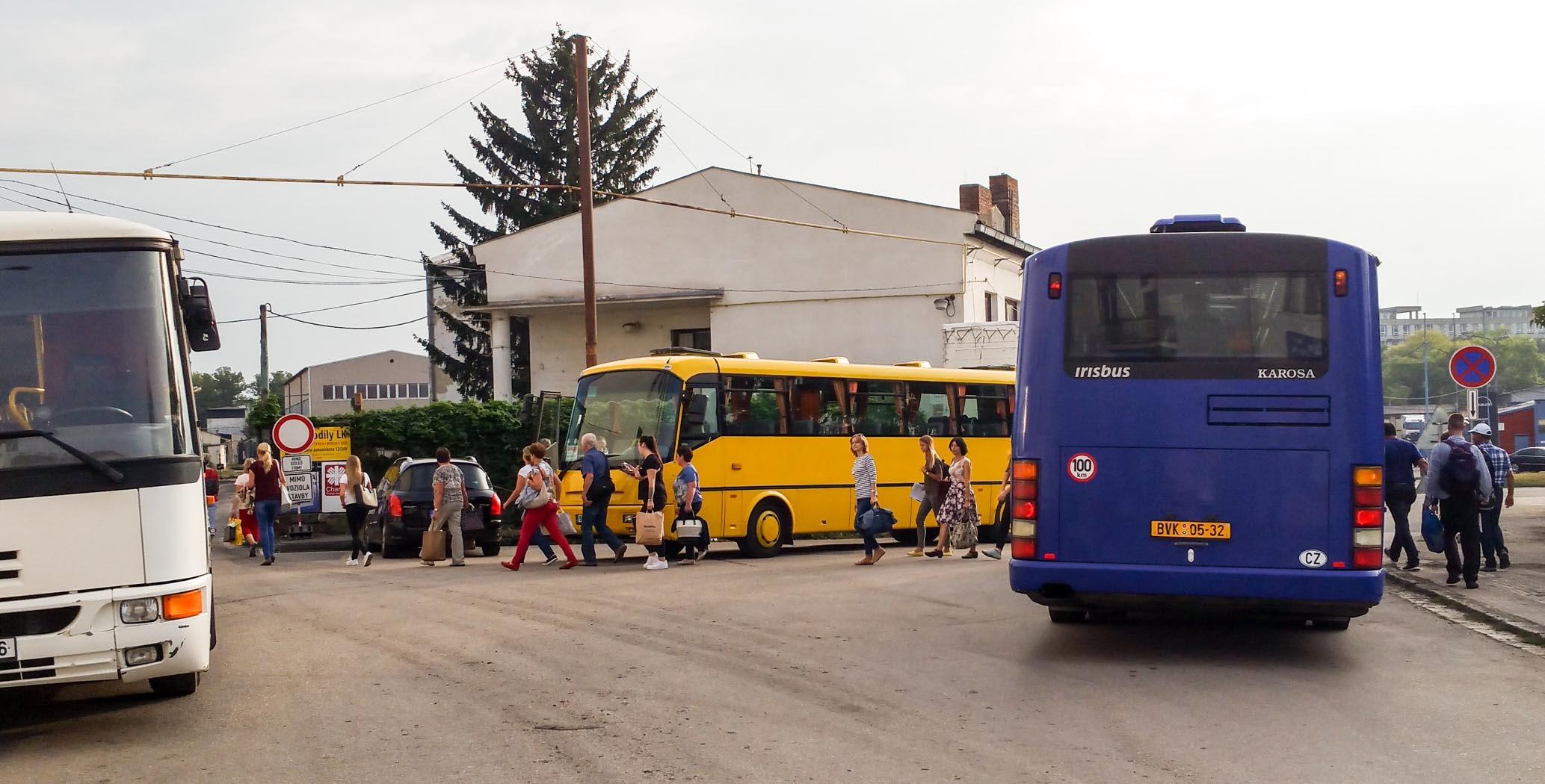 Autobus náhradní dopravy přiváží cestující z Horního nádraží, resp. z provizorního stanoviště Náhradní dopravy Uhelná.