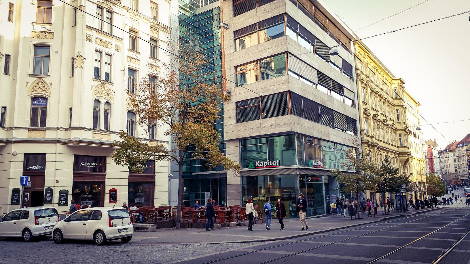 Rašínová ulice dnes, zde mohl být - může být vstup do brněnského metra.