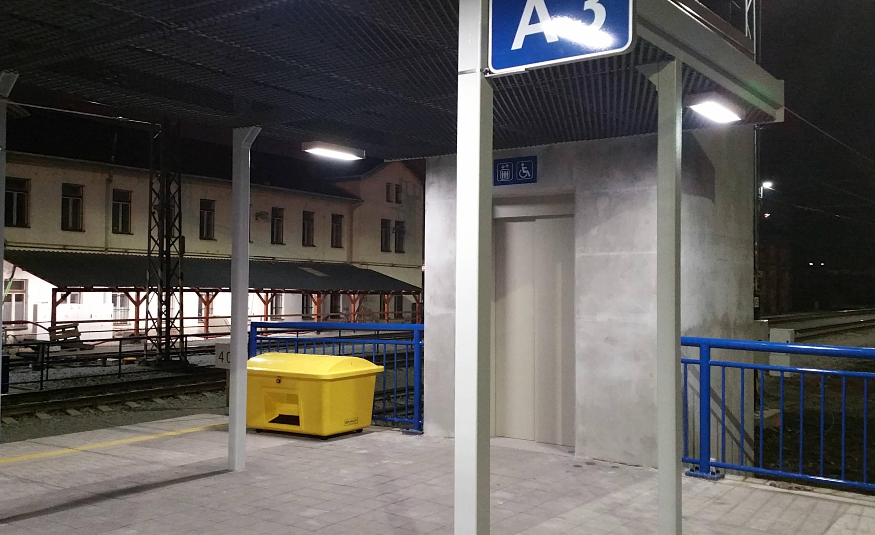 Výtah na ostrovním nástupišti, přístup k 2. a ke 3.koleji