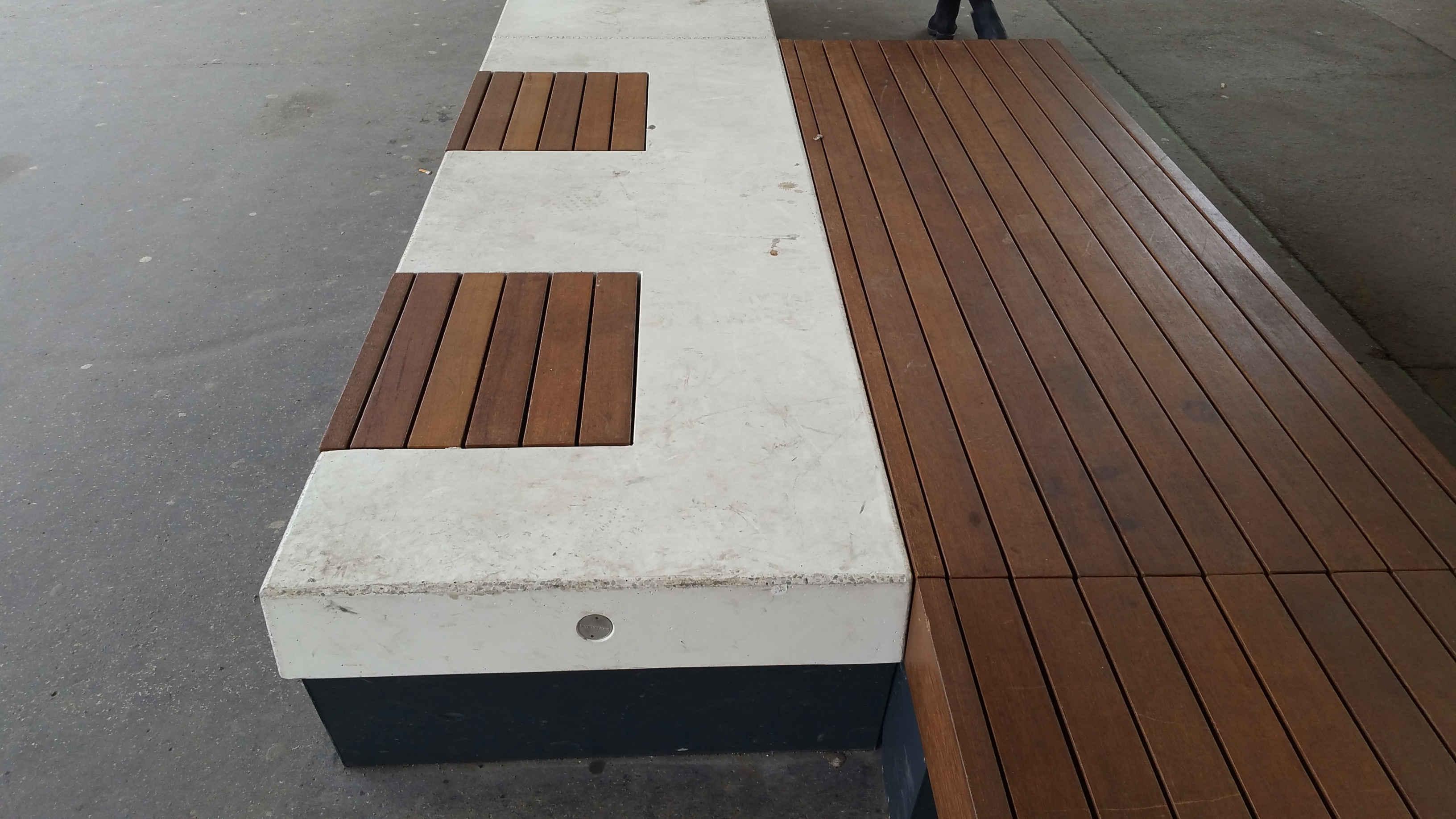 Nové lavičky u Grandu v Brně
