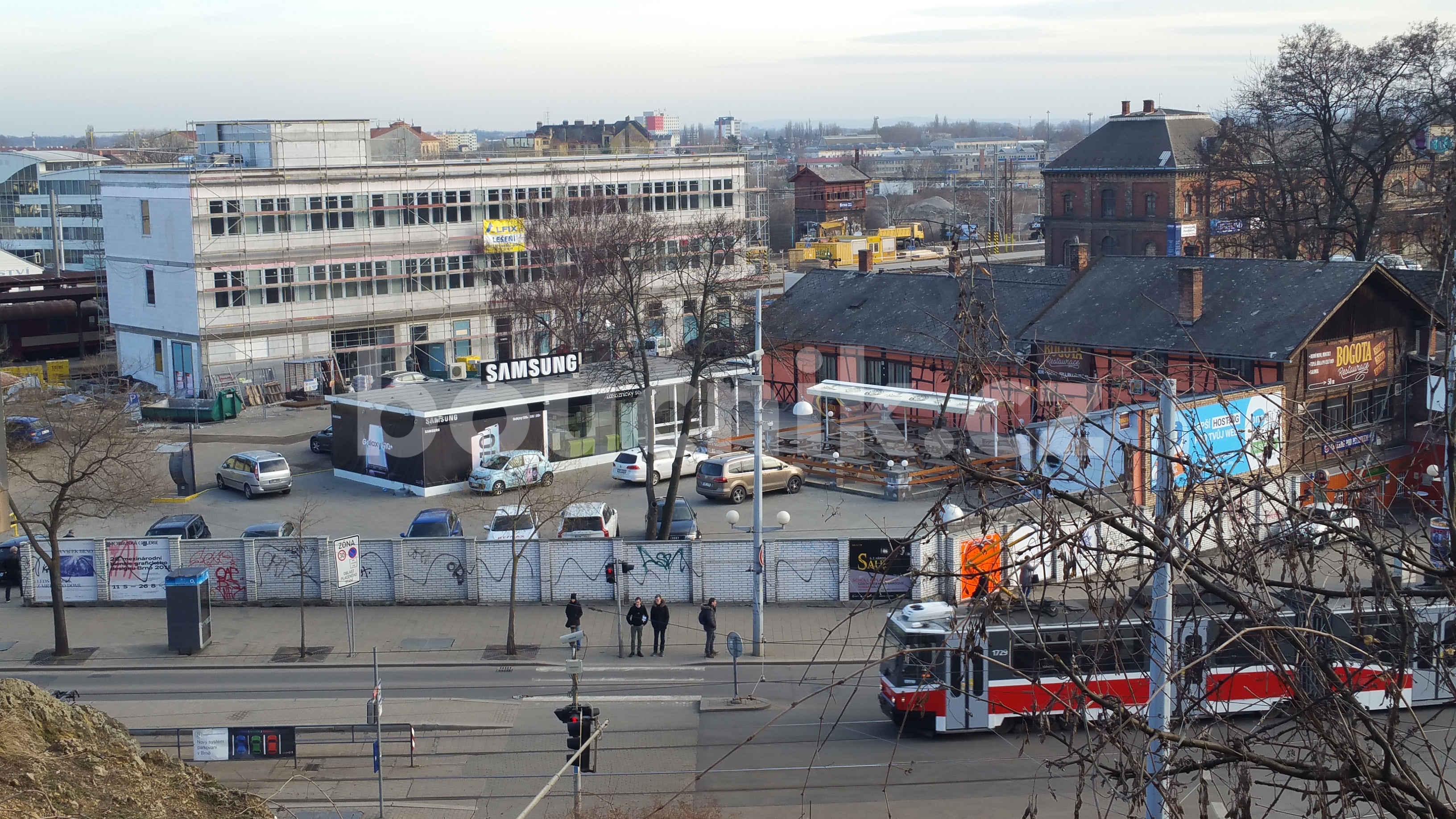 Bílá budova řízení provozu v Brně