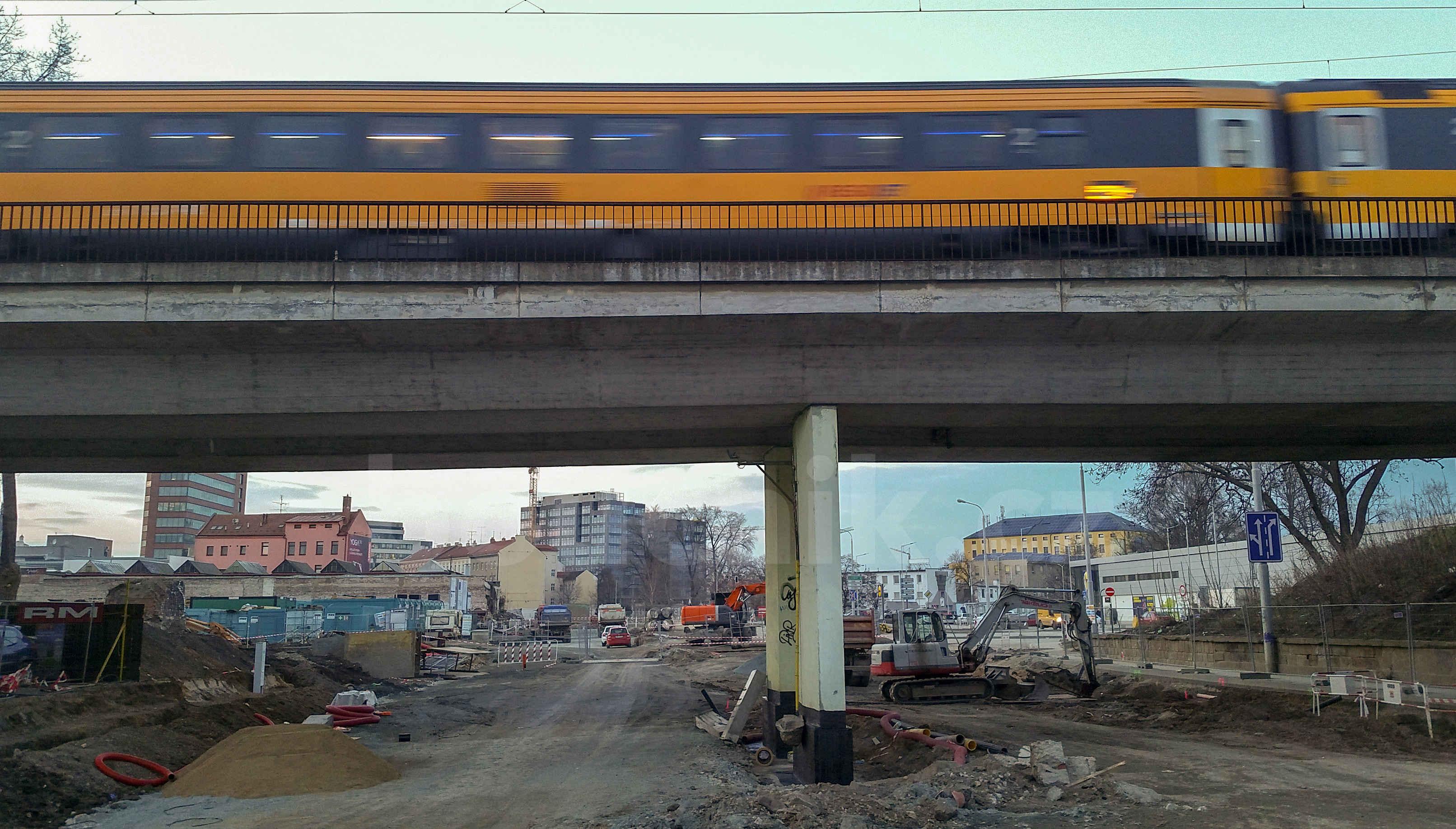 Železniční most nad ulici Dornych u slévárny UXA