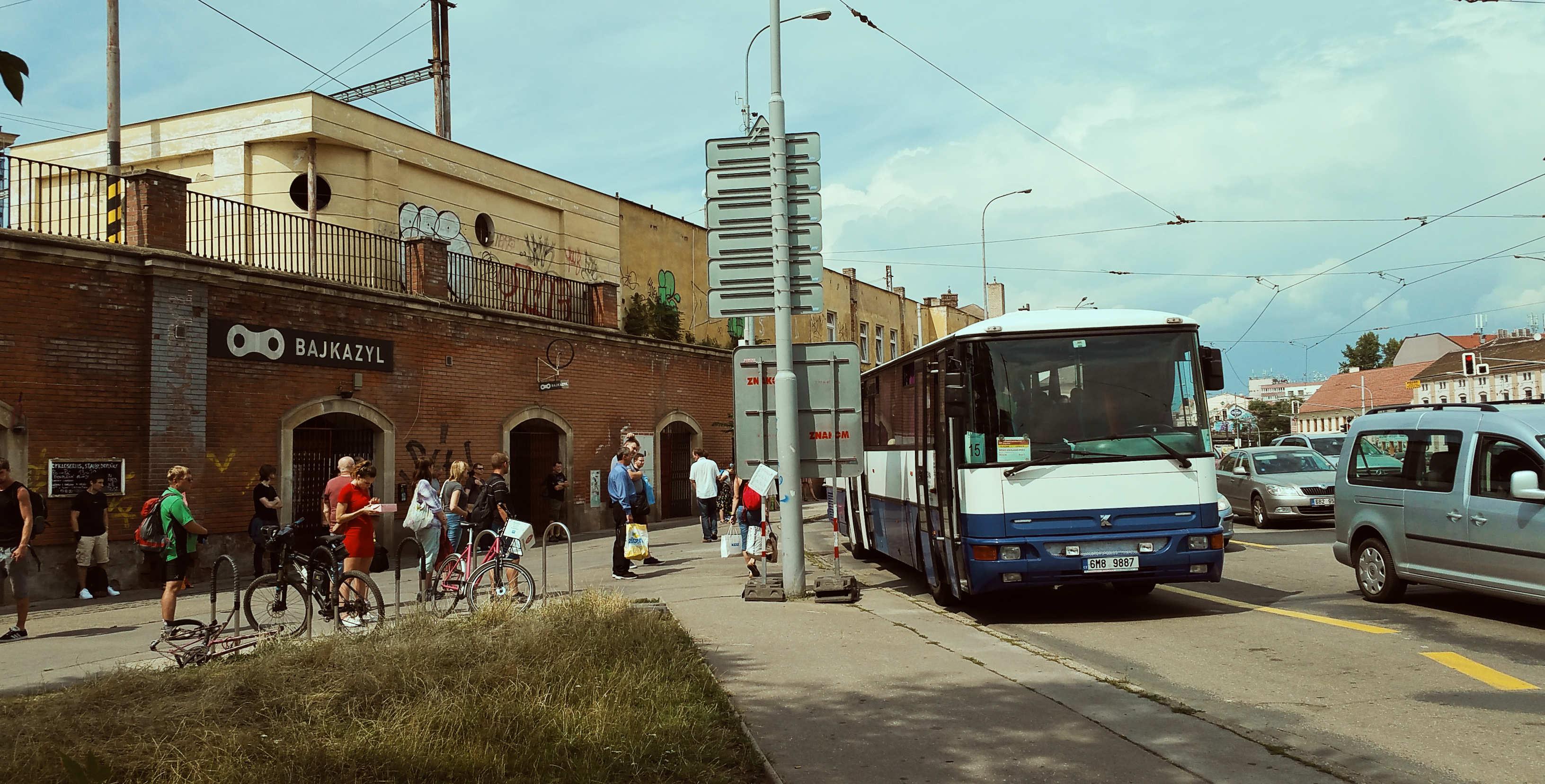 Náhradní autobusová doprava za vlak v Brně na ulici Křenová