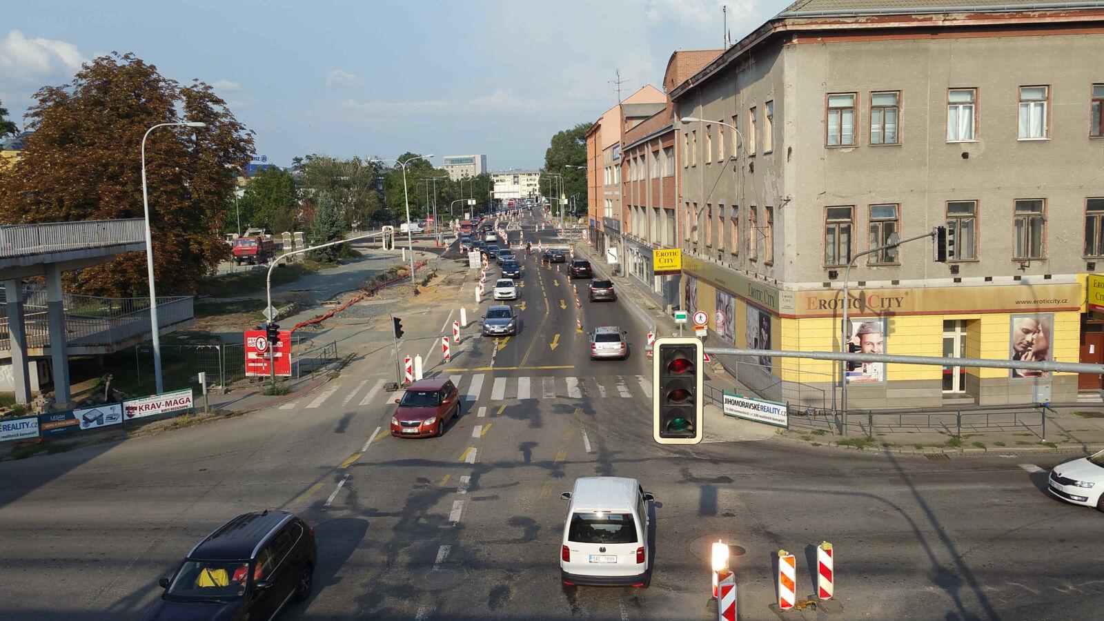 Pohled z provizorní lávky pro pěší směrem na ulici Zvonařka