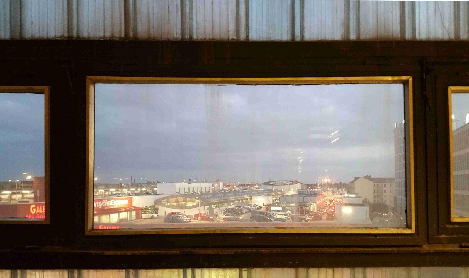 Výhled z okna v 5.patře OD Prior u nádraží
