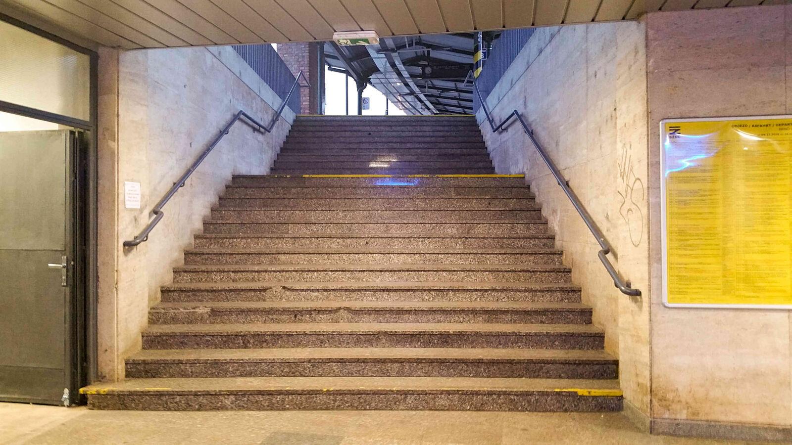 Schody na nástupiště na brněnském hlavním nádraží