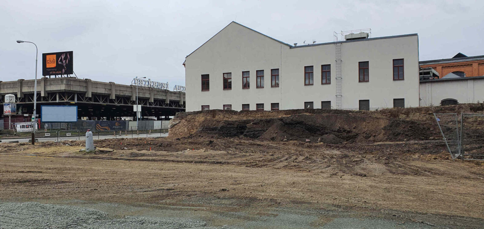 Zbytek žel. náspu u Vaňkovky, únor 2020
