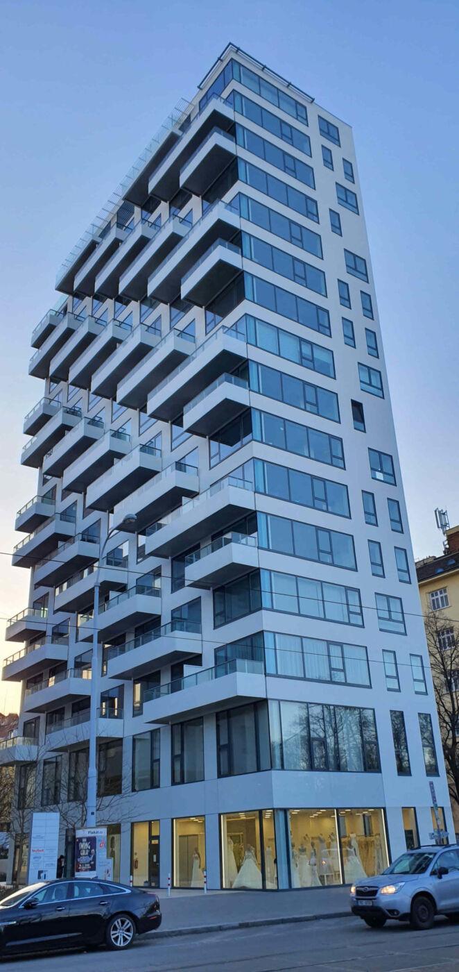 Rezidence Lužánky, bílý výškový dům na ulici Lidická v Brně